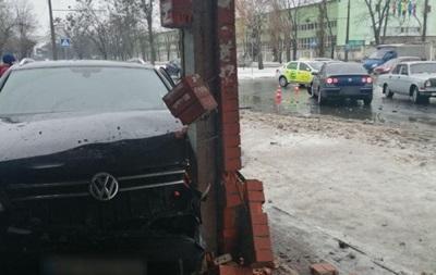 ДТП в Харькове: авто влетело в остановку - «ДТП»